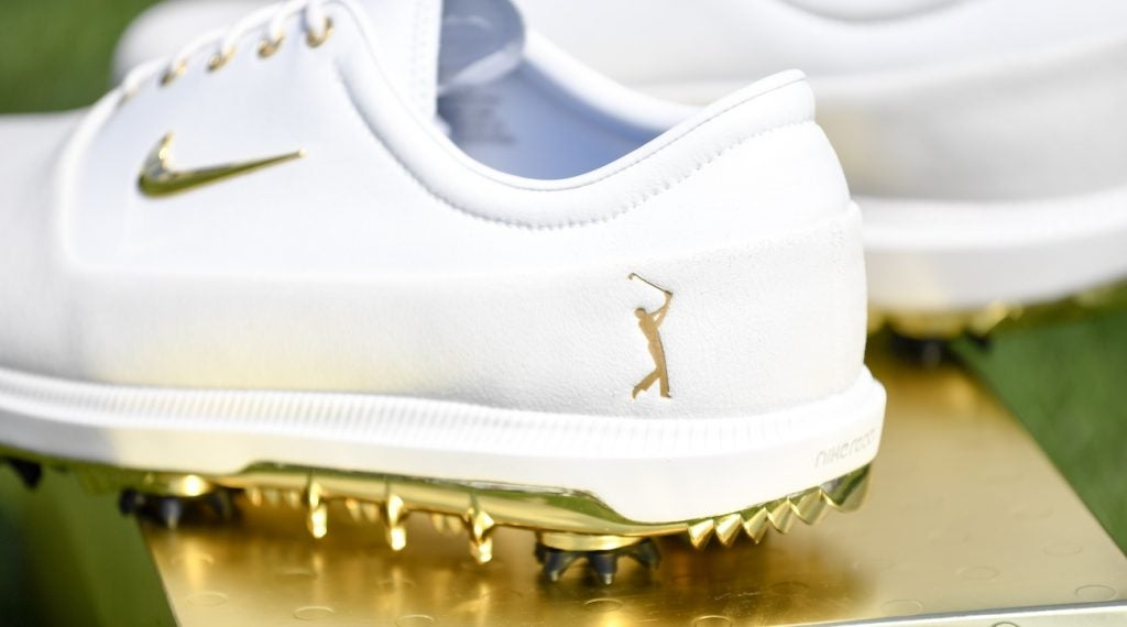 lección Hacer burlarse de  Check out Rory McIlroy's gold Nike shoes for the Players Championship
