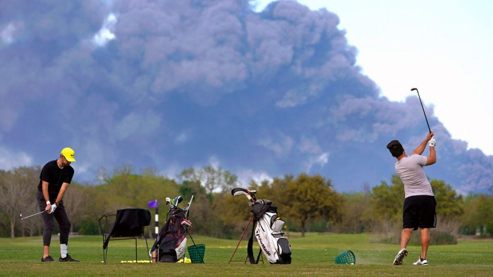 Chemical fire in Houston: Golfers brave smoke clouds