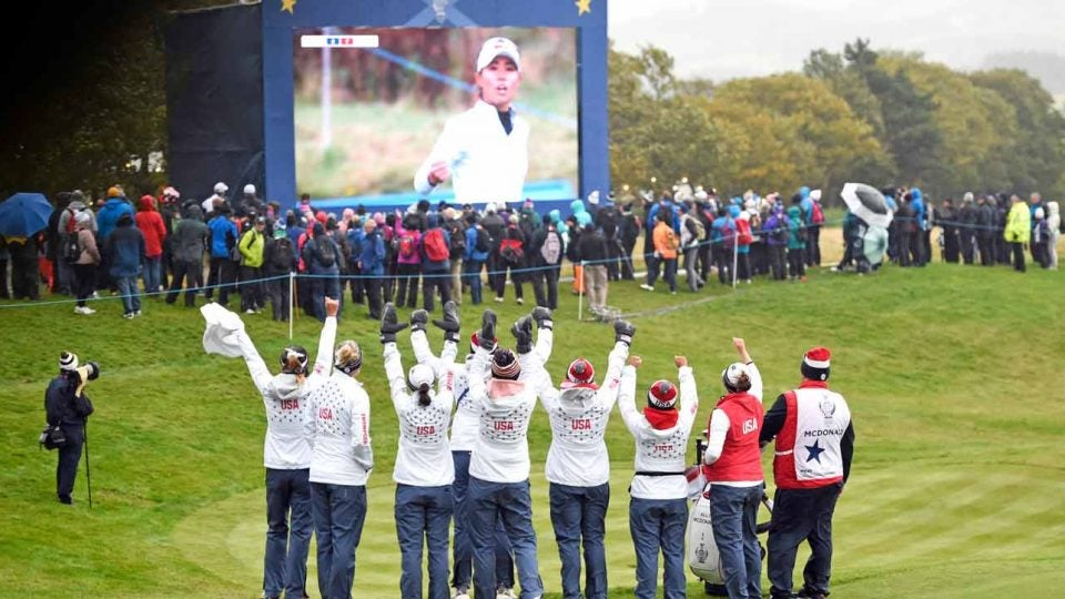 U.S. players celebrate a Danielle Kang putt at 2019 Solheim Cup