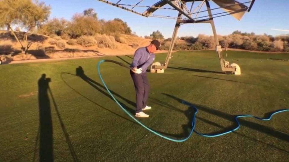 Golfer uses Mamba swing trainer