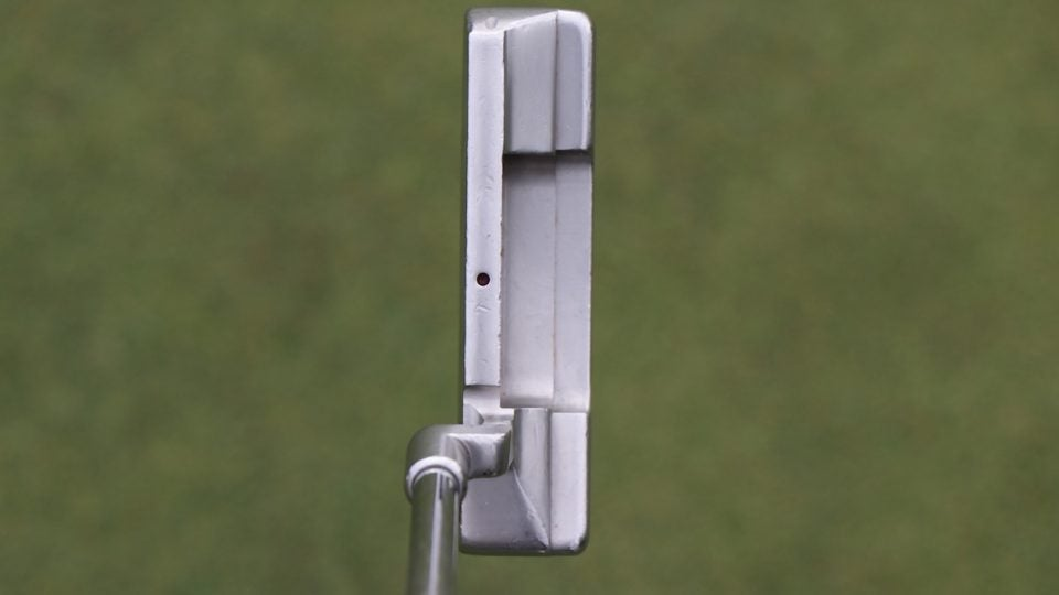 Tiger Woods' Scotty Cameron Newport 2 GSS putter has a single sight dot on the topline.