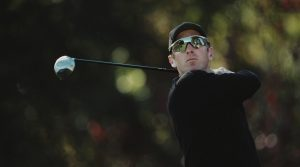 David Duval of the United States keeps his eye on his shot during the Williams World Challenge golf tournament on15 December 2001 at the Sherwood Country Club in Thousand Oaks, California, United States. (Photo by Jeff Gross/Getty Images)