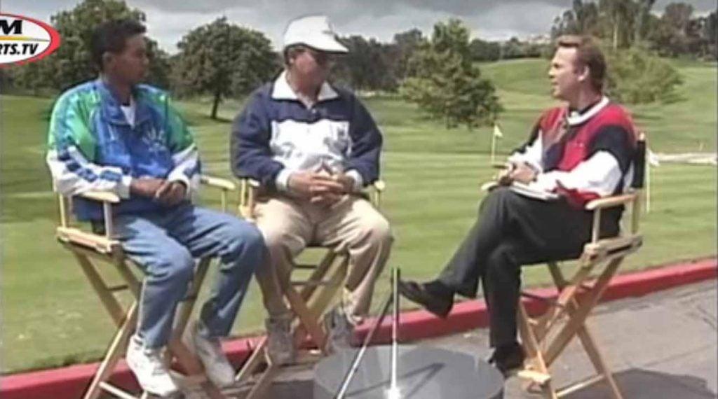 Les tenues de l'intervieweur et de l'interviewé se complètent vraiment.
