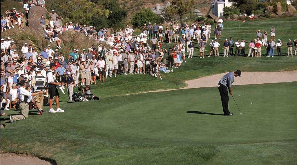 Tiger Woods lors de l'épreuve de force à Sherwood - remarquez un jeune Steve Williams, en short.