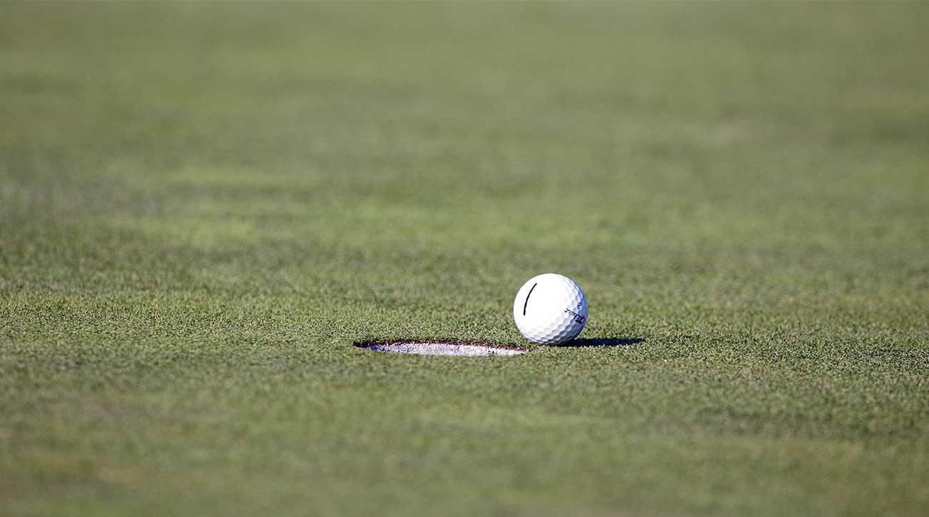 Bola golf mendekati lubang