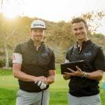 Deux instructeurs de golf posent pour une photo
