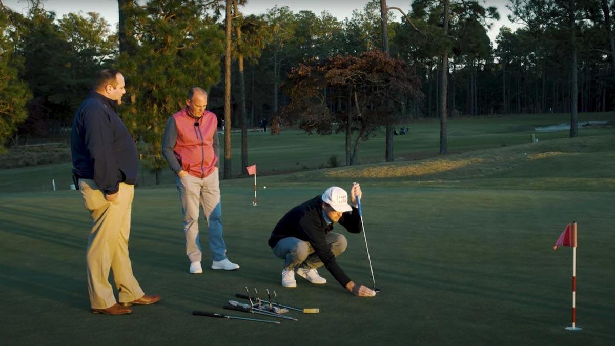 Deux hommes regardent un putt de golfeur