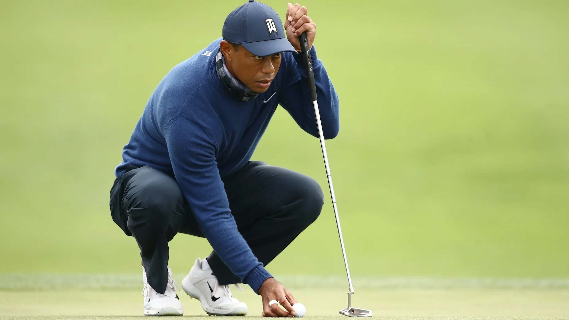 Tiger Woods putts at PGA Championship