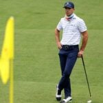 billy horschel leans on his putter