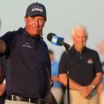 phil mickelson thumbs up