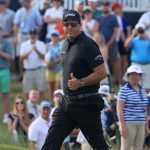 phil mickelson gives thumbs up