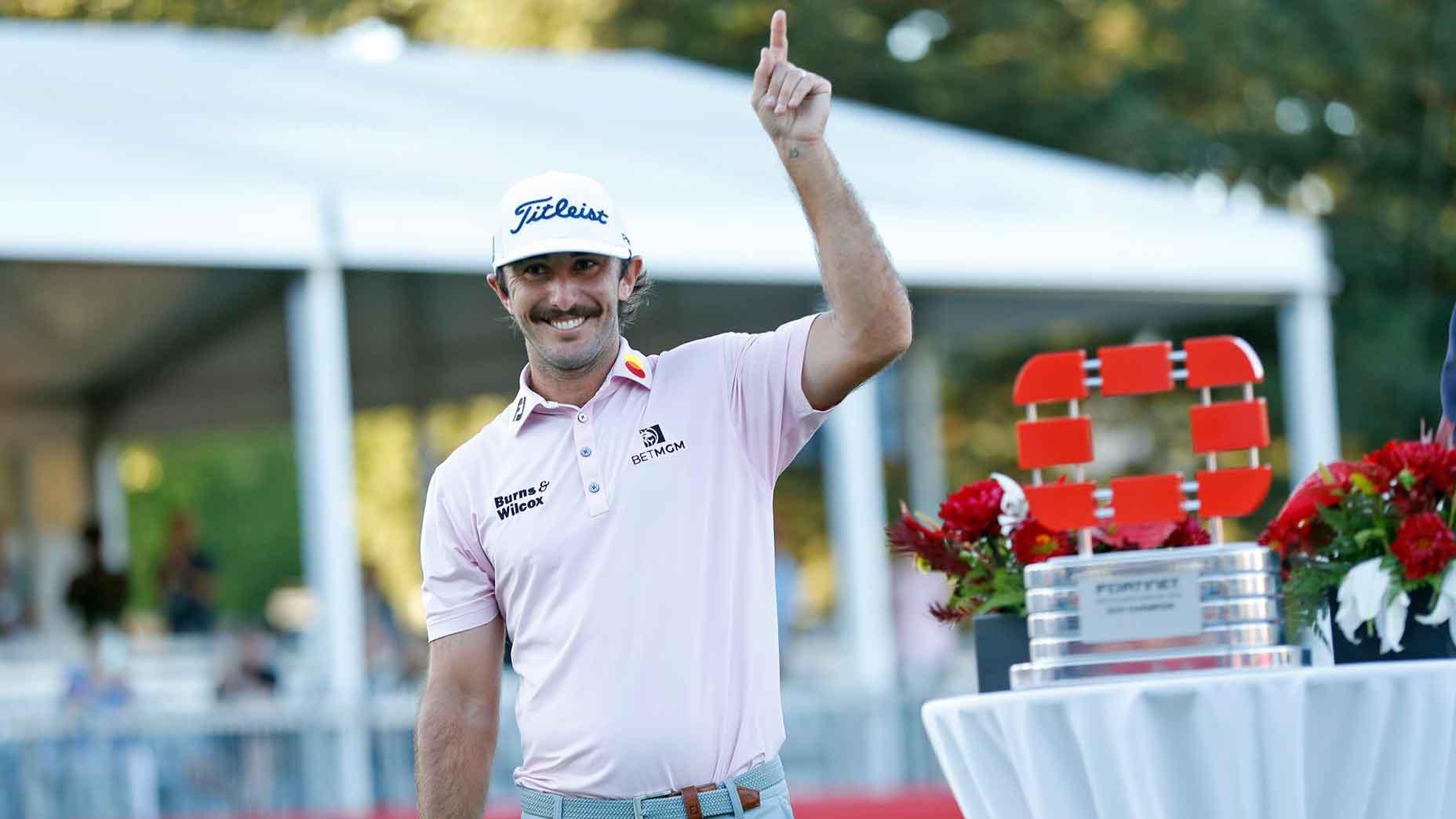 Max Homa lève un doigt après sa victoire au championnat Fortinet 2021