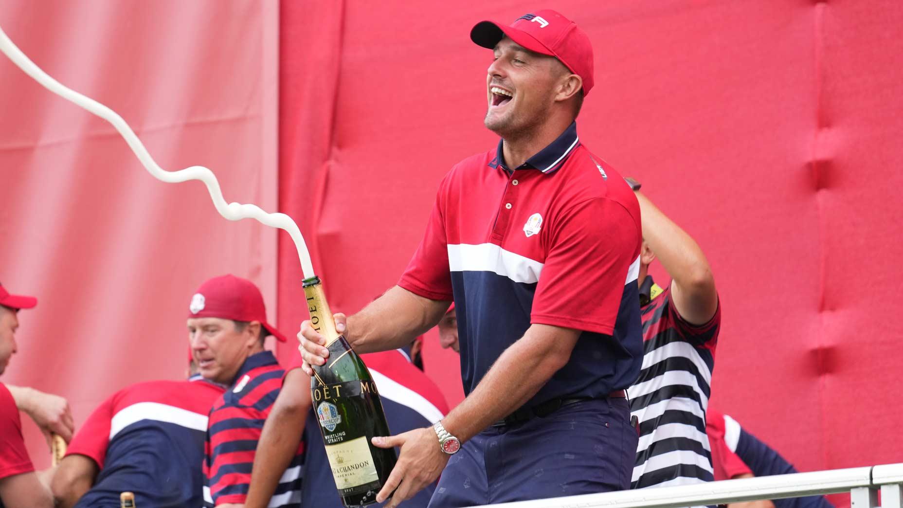 Bryson DeChambeau vaporise du champagne pour célébrer la victoire de la Ryder Cup 2021 à Whistling Straits
